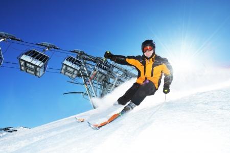 Skier dans les montagnes, préparés jours pistes et ensoleillé Banque d'images - 17753049