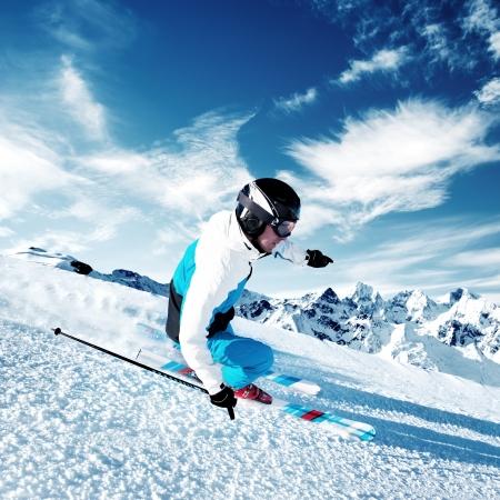 Skiër in de bergen, geprepareerde piste Stockfoto