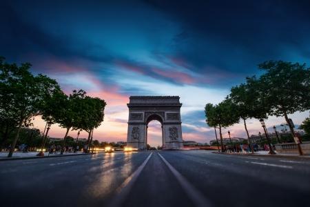 일몰 개선문 (Arc de Triomphe) 파리 시내 스톡 콘텐츠