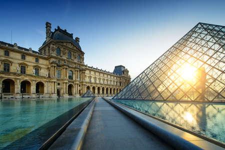 Musée du Louvre de Paris au coucher du soleil Éditoriale