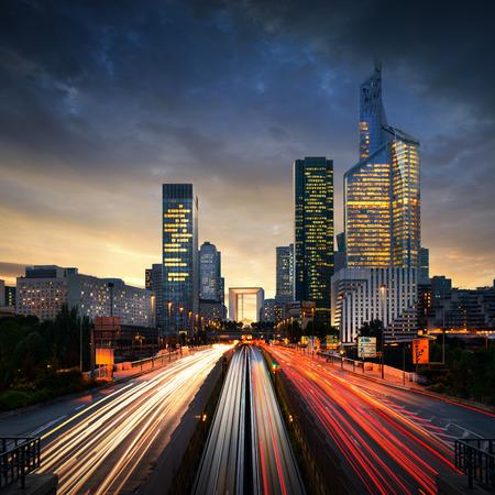 nacht: Paris LaDefense bei Sonnenuntergang - La Defense Editorial