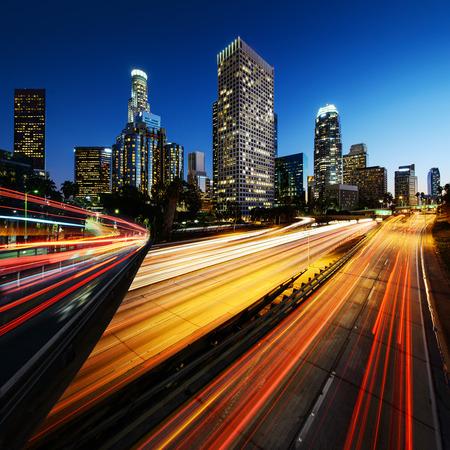 Stad van Los Angeles Californië bij zonsondergang met lichte slepen Stockfoto