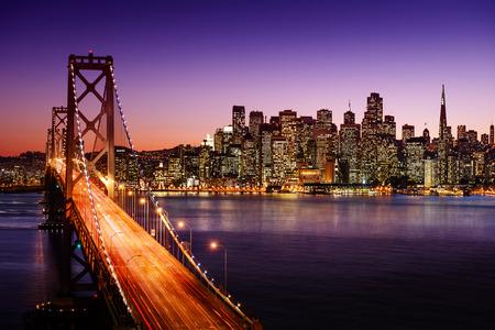 De horizon van San Francisco en Bay Bridge bij zonsondergang, Californië Redactioneel