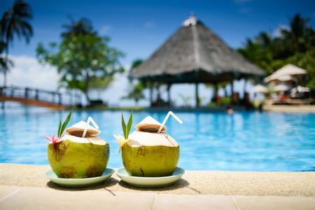 coconut: Pina Colada beber en la piscina y el bar Foto de archivo