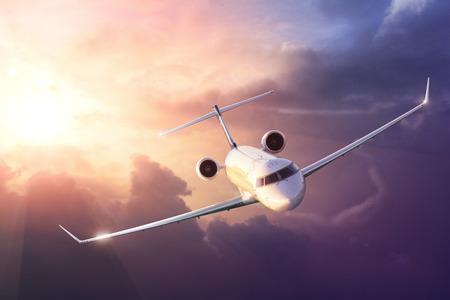 Vliegtuig in de hemel bij zonsondergang