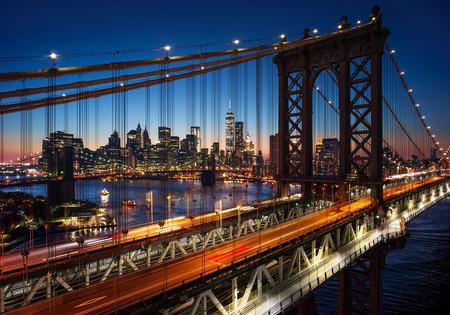 ニューヨーク市のマンハッタンそしてブルックリン橋とマンハッタンの美しい夕日