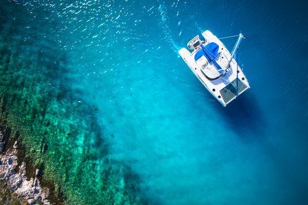 Impresionante vista al Navegación del yate en el mar abierto, en día ventoso. Vista Drone - pájaros ángulo ojo
