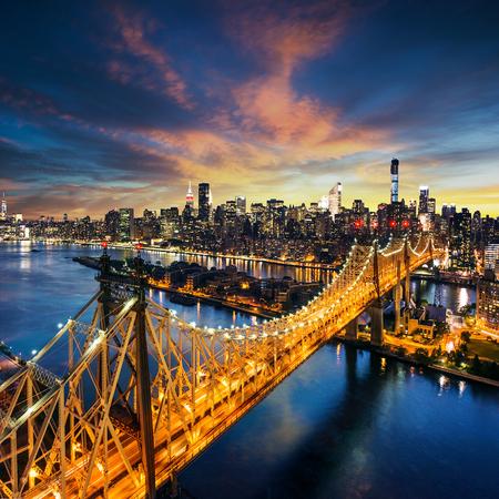 neu: New York City - erstaunliche Sonnenuntergang über Manhattan mit Queensboro Brücke Lizenzfreie Bilder