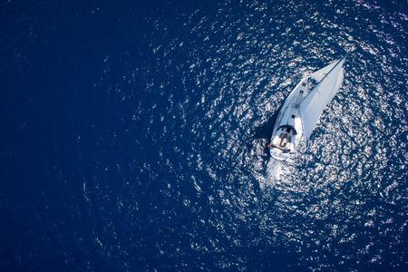 Geweldig uitzicht op Yacht zeilen in open zee op winderige dag. Drone uitzicht - vogelperspectief hoek