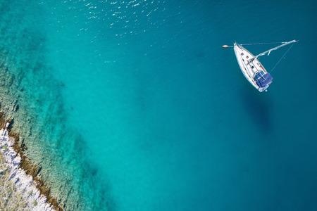 voile: vue magnifique sur bateau, l'eau claire - le paradis des Caraïbes