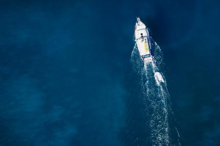Vue magnifique sur yacht, piscine femme et de l'eau claire paradis des Caraïbes Banque d'images - 32773880
