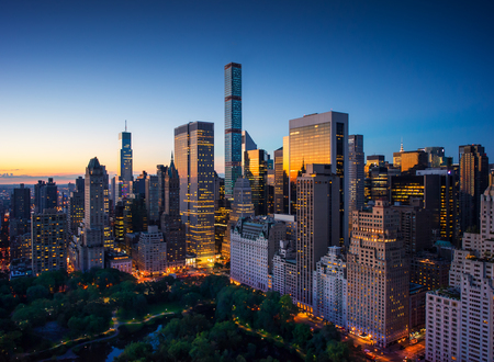 New York city - verbazingwekkende zonsopgang boven Central Park en de Upper East Side van Manhattan - Birds Eye