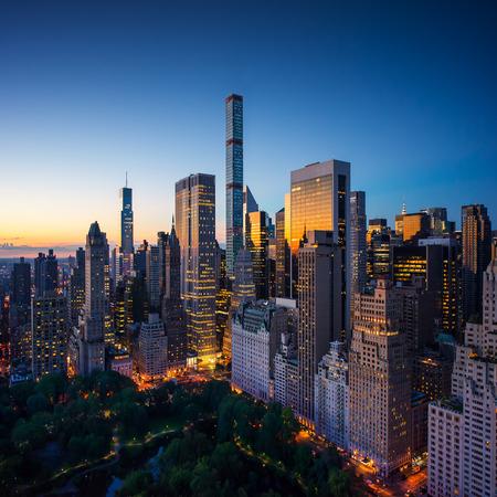 New York city - verbazingwekkende zonsopgang boven Central Park en de Upper East Side van Manhattan - Birds Eye  luchtfoto Stockfoto