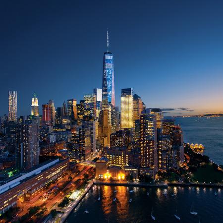 ニューヨーク市のマンハッタンの美しいカラフルな夕日