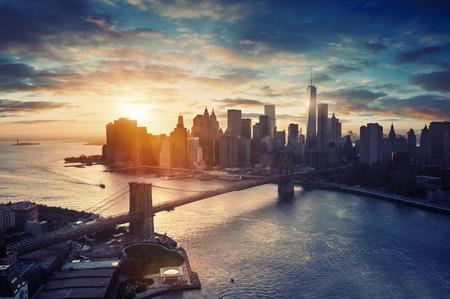 ニューヨーク シティ - 夕日、美しい都市の景観後マンハッタン