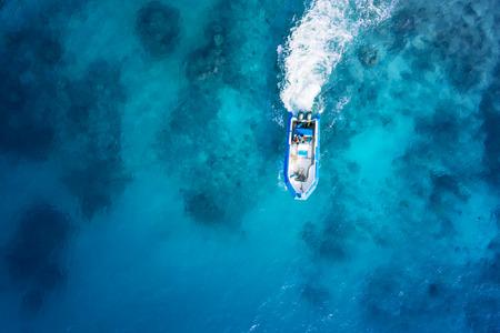 barco da velocidade no mar azul