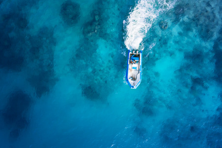 Speed boot op de azuurblauwe zee
