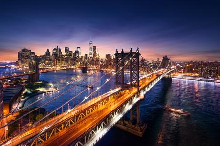 Ciudad de Nueva York: hermosa puesta de sol sobre manhattan con manhattan y el puente de brooklyn Foto de archivo