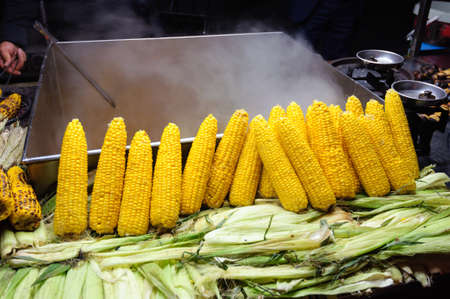 Boiled corn at a street food market in Istanbul, Turkey. Banco de Imagens