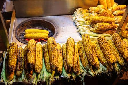 Roasted corn at street food market, Istanbul, Turkey. Banco de Imagens