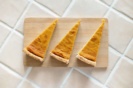 Top view homemade pumpkin pie on a wooden board, background. Imagens