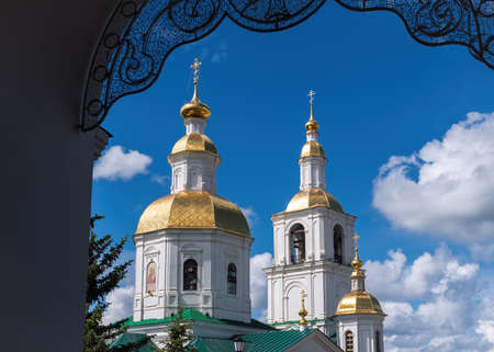 View through the arch to the domes of the Kazan Church, Diveevo, Russia. Imagens
