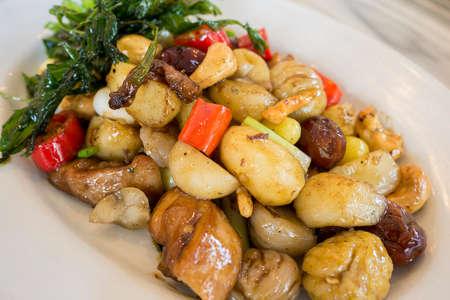 chiles secos: pollo frito con cinco frutas servido en plato blanco