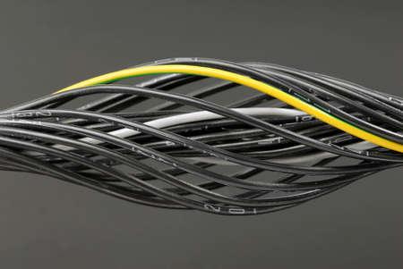 Einige schwarze nummerierte Kabel mit einem Erdungskabel.