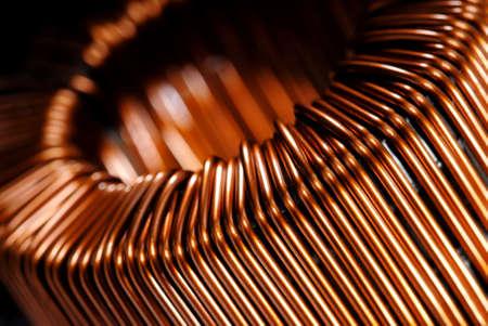 bobina: Macrodetail de un inductor de cobre en un transformador.