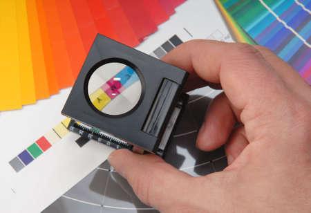 Fadenzähler mit Farbmuster.