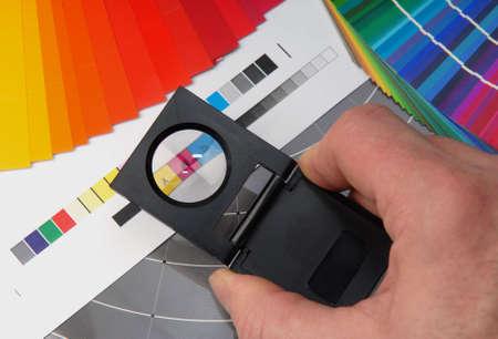 Fadenzähler mit Typometer und Farbe-Beispiel.