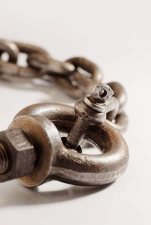 catena: Old weathered industrial chain with ring clamp.