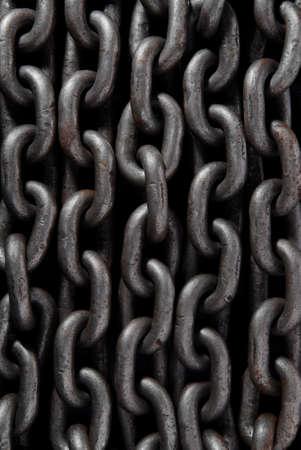 hijsen: Oude verweerde industriële stalen ketting voor gebruik als achtergrond.