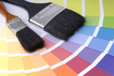 Zwei Pinsel mit verschiedenen Farb-Proben.