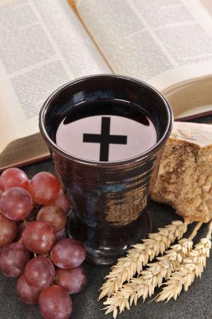 Brood, wijn en bijbel voor het sacrament of communie