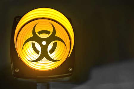 gele gloeiende biohazard waarschuwingslampje Stockfoto