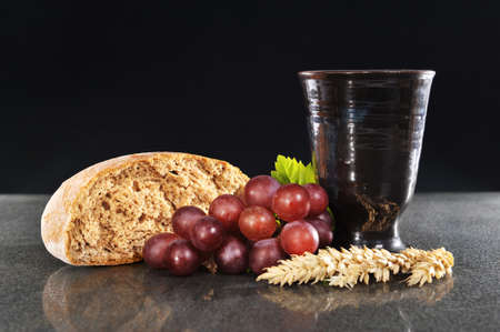 Bread and wine for sacrament or communion 版權商用圖片 - 28924364