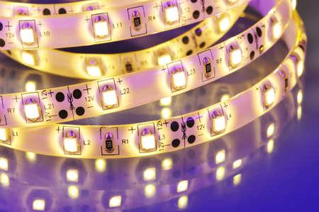 在彩色聚光燈下的暖白LED條紋的宏觀細節