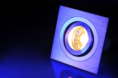 Makro Detail einer Warmweiß COB-Leuchtdiode in blauen Scheinwerfer