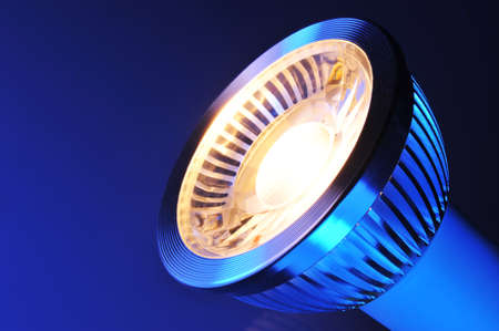 在白色聚光燈下的暖白色COB-LED的宏觀細節
