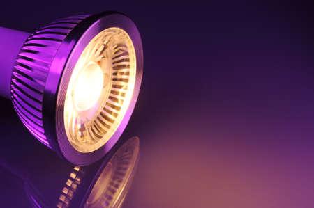 Makro Detail einer warmweiss COB-LED-Scheinwerfer in Violett Lizenzfreie Bilder