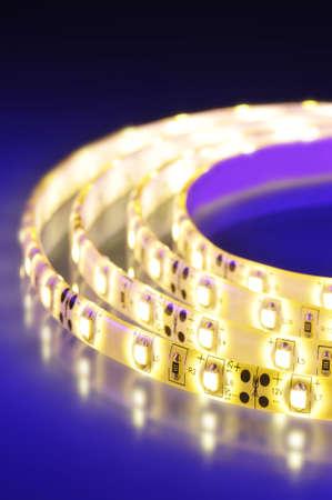 在彩色聚光燈宏詳細一個暖白LED條紋的