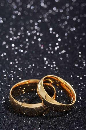 gratefulness: Dos anillos de oro en fondo del brillo negro