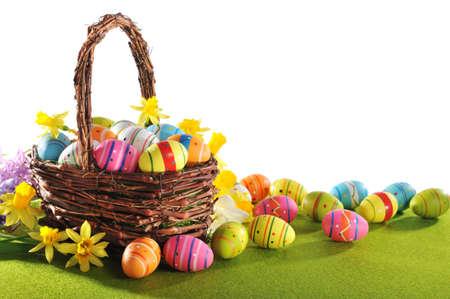 huevos de pascua: coloridos huevos de Pascua y narciso en nido de Pascua en la hierba