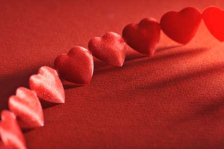 agradecimiento: cadena de pequeñas artes textiles rojos antes sobre fondo rojo