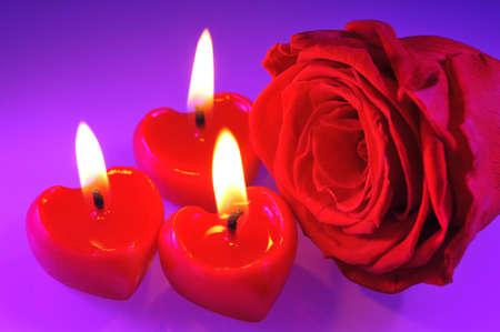 agradecimiento: tres corazones luminosos velas de color rojo con rosa roja