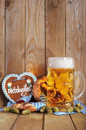 original bavarian gingerbread heart with Oktoberfest beer mug and soft pretzels Standard-Bild