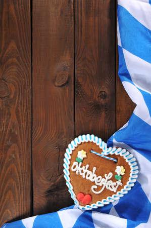 original bayerisches Lebkuchenherz mit bayerischen Flagge auf alten verwitterten Holzbrett