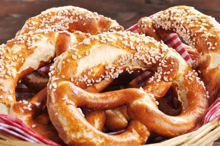 原來的巴伐利亞州慕尼黑啤酒節椒鹽脆餅在木板上的籃子裡軟化