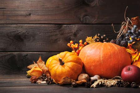 accion de gracias: Acción de Gracias diferentes calabazas con bayas nueces y granos en frente de la tabla de madera